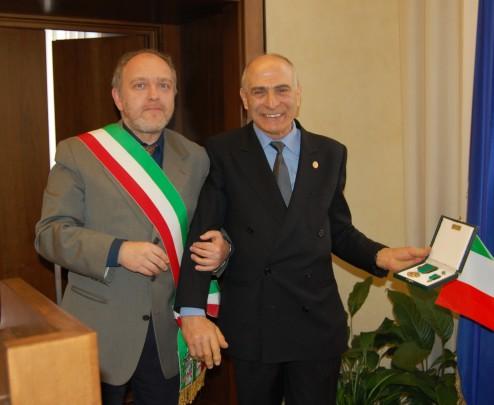 Il Sindaco di Ferrara Tiziano Tagliani consegna la croce di Cavaliere della Repubblica al Maestro Artigiano Giuliano Grenzi