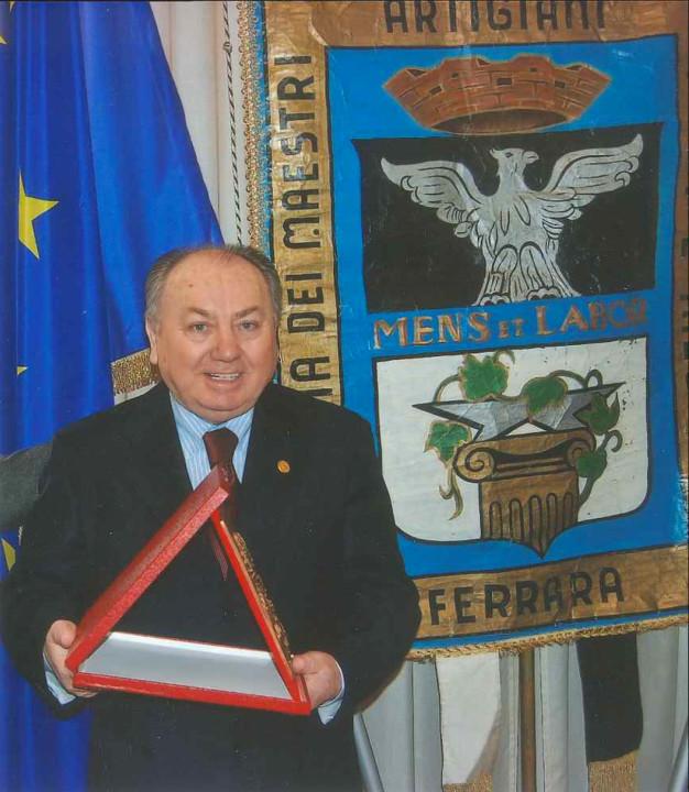 Edmo Finotti riceve la Targa San Giorgio della Camera di Commercio di Ferrara nel marzo 2010