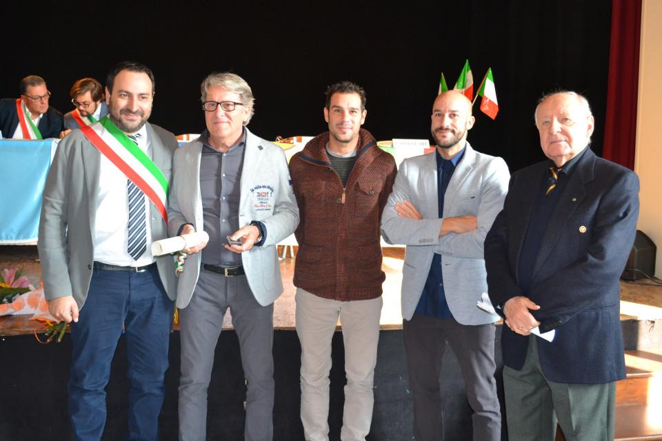 Paolo Cappelli riceve il diploma di Maestro Artigiano. Da sinistra: il sindaco di Bondeno Fabio Bergamini, Paolo Cappelli, i due figli, il presidente dell'accademia Elleno Zecchini