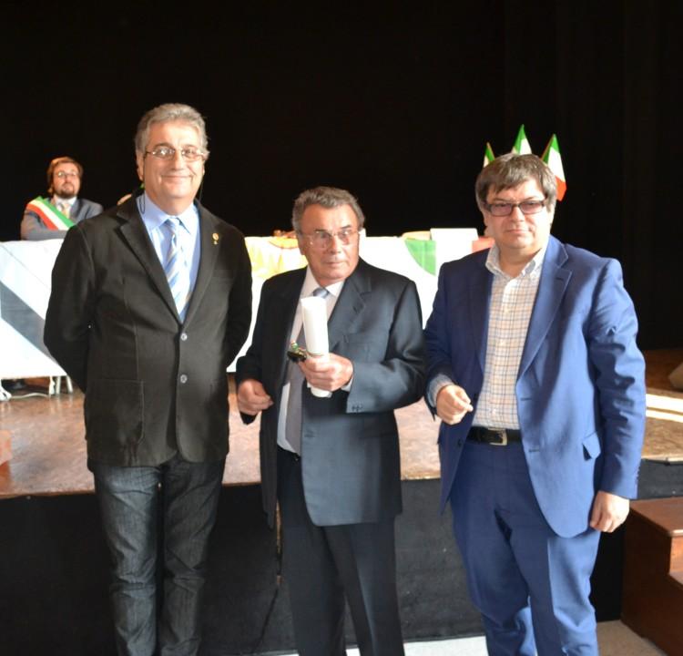 Cesare tralli riceve il diploma di Maestro Artigiano. Da sinistra: il consigliere dell'accademia Marco Garbellini, Cesare Tralli, il Presidente provinciale di CNA Davide Bellotti