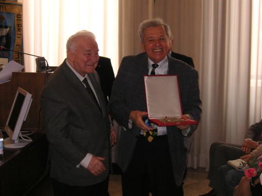 L'onorevole Nino Cristofori (ex ministro del lavoro) consegna la croce di commendatore a Gabriele Cappellari